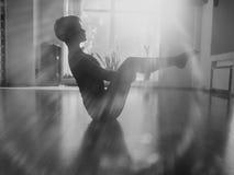 Filles dans la chambre de yoga photographie stock libre de droits