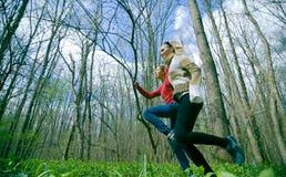 Filles dans la forêt photos stock