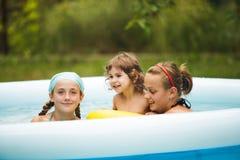 Filles dans la piscine Images stock