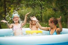 Filles dans la piscine Photos libres de droits
