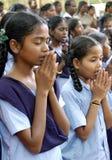 Filles dans la prière Images libres de droits
