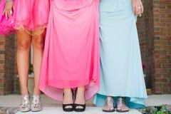 Filles dans la taille de robe de bal d'étudiants vers le bas. Images libres de droits