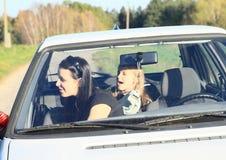 Filles dans la voiture photographie stock libre de droits