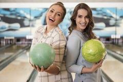 Filles dans le club de bowling Image libre de droits