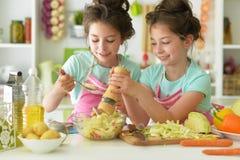 Filles dans le cuisinier de cuisine Photographie stock libre de droits