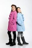 Filles dans les manteaux lumineux photographie stock libre de droits