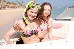 Filles dans les masques pour nager et se baigner sur le bateau Photo stock