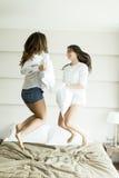 Filles dans un combat d'oreiller Photo libre de droits