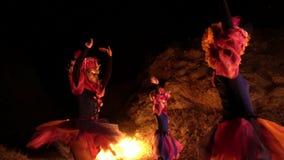 Filles dans un costume de mascarade vénitien dansant en plein air sur les visages des personnes du masque sans émotion banque de vidéos