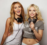 Filles de beauté avec un microphone chantant et dansant Photos stock