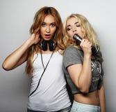 Filles de beauté avec un microphone chantant et dansant Photographie stock