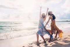 Filles de Boho marchant sur la plage Photographie stock libre de droits