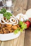 Filles de cuvette avec de la viande de chiche-kebab sur le bois Photographie stock
