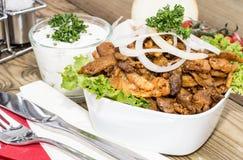 Filles de cuvette avec de la viande de chiche-kebab sur le bois Photo libre de droits