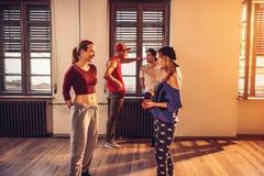 Filles de danse modernes au centre de fitness urbain Images stock