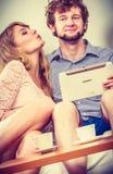 Filles de femme embrassant le type d'homme avec le comprimé Amusement Photos stock
