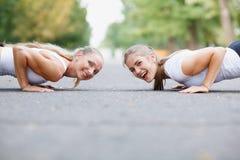 Filles de forme physique faisant des pousées dehors sur un fond de parc Filles sportives Concept de séance d'entraînement Copiez  Photo libre de droits