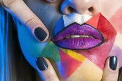 Filles de lèvres peintes par peinture colorée Photo stock