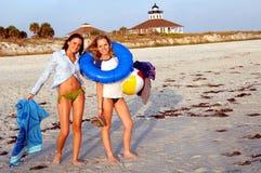 Filles de l'adolescence à la plage Photographie stock