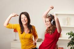 Filles de l'adolescence écoutant la musique Images stock