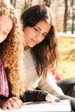 Filles de l'adolescence étudiant dehors Photographie stock