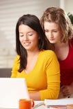 Filles de l'adolescence apprenant avec l'ordinateur portatif Photos stock