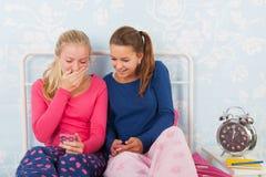 Filles de l'adolescence avec des smartphones Images libres de droits