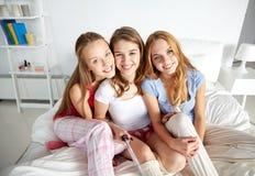Filles de l'adolescence avec le bâton de selfie photographiant à la maison Photographie stock