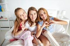Filles de l'adolescence avec le bâton de selfie photographiant à la maison Photo stock