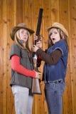 Filles de l'adolescence avec le fusil de chasse Photographie stock libre de droits