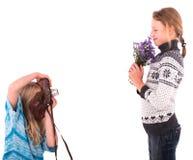Filles de l'adolescence avec le rétro appareil-photo sur un fond blanc Photographie stock