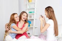 Filles de l'adolescence avec le smartphone prenant la photo à la maison Photographie stock libre de droits