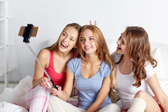 Filles de l'adolescence avec le smartphone prenant le selfie à la maison Photo stock
