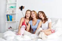 Filles de l'adolescence avec le smartphone prenant le selfie à la maison Image stock