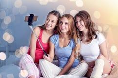 Filles de l'adolescence avec le smartphone prenant le selfie à la maison Image libre de droits