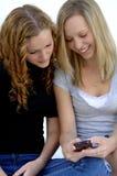 Filles de l'adolescence envoyant le message avec texte photographie stock