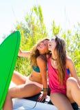 Filles de l'adolescence folles heureuses de surfer souriant sur la voiture Images libres de droits