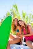 Filles de l'adolescence folles heureuses de surfer souriant sur la voiture Photos libres de droits