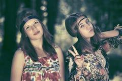 Filles de l'adolescence heureuses marchant dans la forêt d'été Image libre de droits