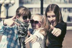 Filles de l'adolescence heureuses marchant dans la rue de ville Photographie stock