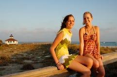 Filles de l'adolescence à la plage Image stock