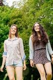 Filles de l'adolescence marchant en nature Image stock