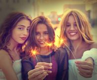 Filles de l'adolescence de meilleurs amis avec des cierges magiques Photos stock