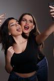 Filles de l'adolescence prenant Selfies photographie stock libre de droits