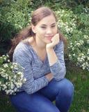 Filles de l'adolescence reposant la tête en main dans le jardin photo libre de droits