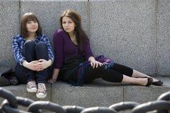 Filles de l'adolescence songeuses s'asseyant au fleuve Photos stock