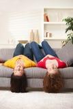 Filles de l'adolescence upside-down Images libres de droits