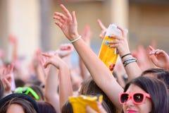 Filles de l'assistance devant l'étape, encourageant sur leurs idoles au festival de bruit de Primavera Photo stock