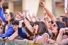 Filles de l'assistance devant l'étape, encourageant sur leurs idoles au festival de bruit de Primavera Photos stock