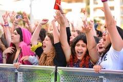 Filles de l'assistance devant l'étape, encourageant sur leurs idoles au festival de bruit de Primavera de Badalona Images stock